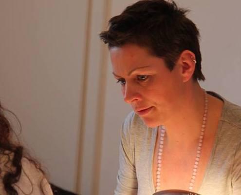 Gaby Metz am Tisch