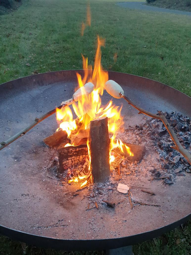 Lagerfeuer im Zaubergarten bei Super Sabine - Stockbrot